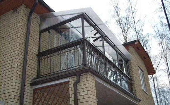 Установка крыши над балконами